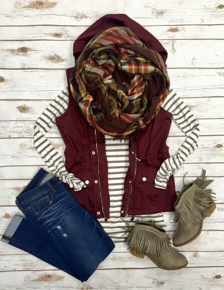 Cute fall outfit Para el otoño. Los jeans azul, la bota gris, la camisa blanco y gris, apretado, el chaleco rojo. Cuestan $65/
