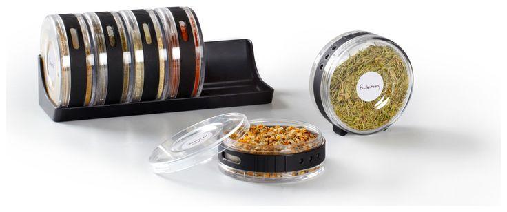 Organize seus temperos milimetricamente. Conjunto de 6 recipientes empilháveis medindo 20.3 x 9.8 x 9.6 cm.