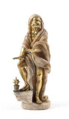 Statyetten Vintern värmer händerna mot fyrfat. Gjord av huggen alabaster och gjuten brons. Från 1800 cirka.