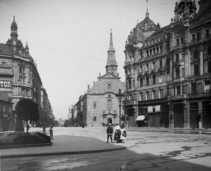 Ferenciek tere (Kígyó tér), szemben a Kossuth Lajos utca.