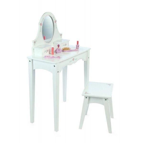 Welk meisje wil dit nou niet. Een prachtig afgewerkte kaptafel met ingebouwde spiegel, twee laatjes en een krukje. (exclusief accessoires)Afmetingen tafel:L58.5xW30xH95cmHoogte tafel: 61 cmAfmetingen kruk:L31xW27.5xH33cmAdviesleeftijd 3