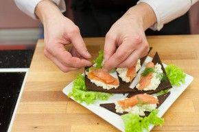 Tartinki  z awokado i wędzonym łososiem  – krok 4