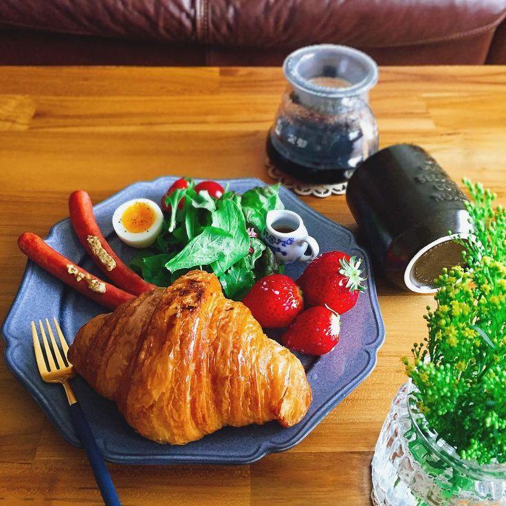 """23 Likes, 1 Comments - Miki (@miki.sakusho) on Instagram: """"#朝ごパン  バイゲツさんの おっきなクロワッサン、  やっぱり 美味しい〜😋 わかりにくいけど、 イチゴも かなり おっきい えっと…  ロシア人の鼻くらい❗️ (伝わんのかっ⁉️)…"""""""