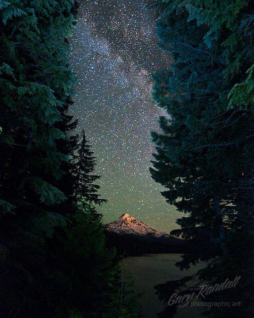 Pasaje al Paraíso - La Vía Láctea sobre el Monte Hood en Lost Lake, Oregon, Gary Randall