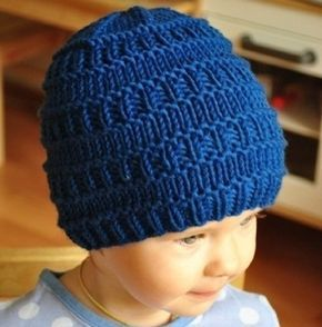 Простая легкая шапка для мальчика спицами (вязание снизу)