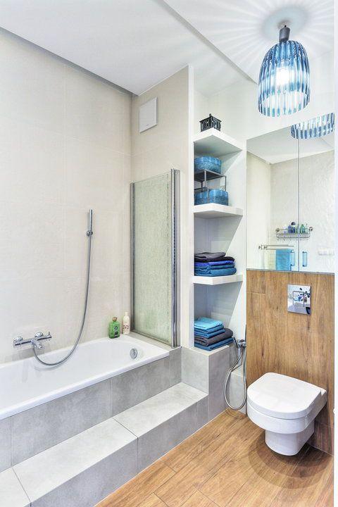 Łazienka w bieli, brązach, z akcentami soczystego turkusu - Dom