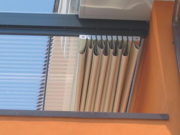 Pergole retractabile Basic MED 85 , pergole Gibus pentru acoperire terasa de tip balcon pe timpul iernii. Vedere detaliu cu pergola stransa si faldurile care se formeaza.