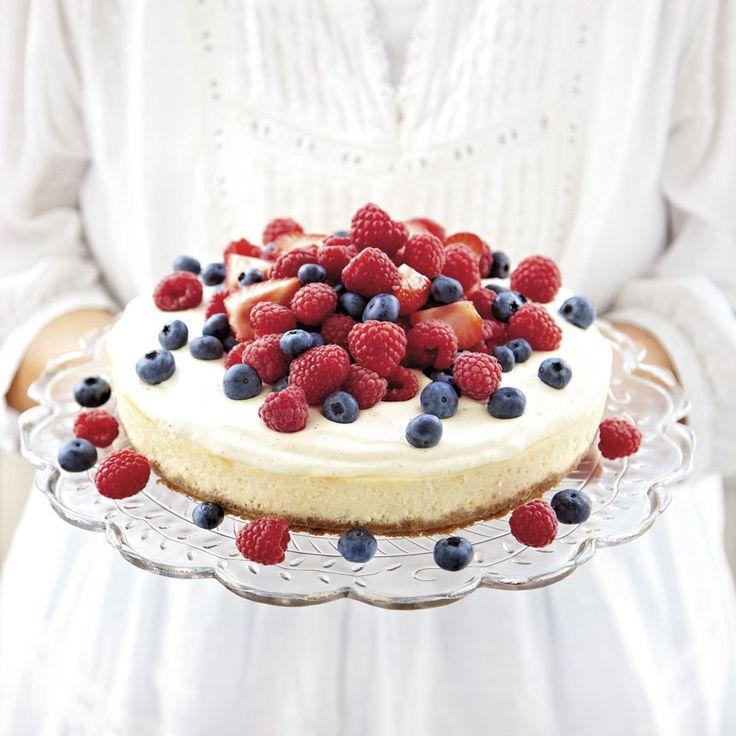 Servera sommarens bär ovanpå en krämig vit chokladcheesecake.