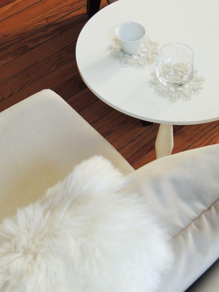 Blanco sobre blanco. Poltrona Ibiza y Mesa Mali. #solsken www.solsken.com.ar