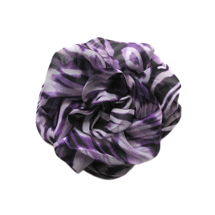 Violetta is a big flower brooch made of silk mousseline. Measurements (approximately): 14 cm x 14 cm.