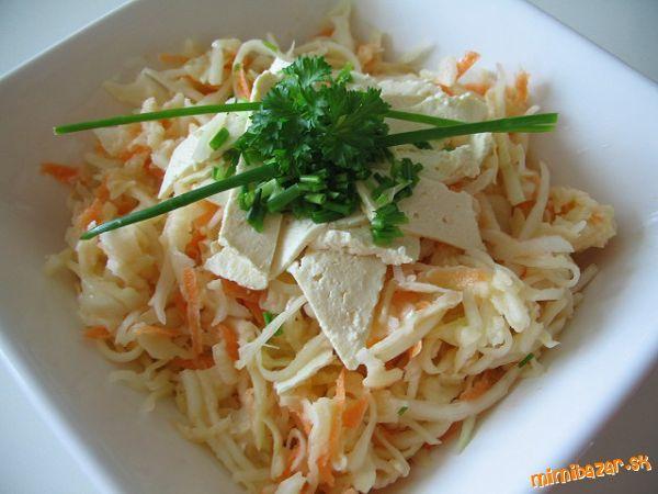 Kapustový šalát s mrkvou zelerom a jablkami