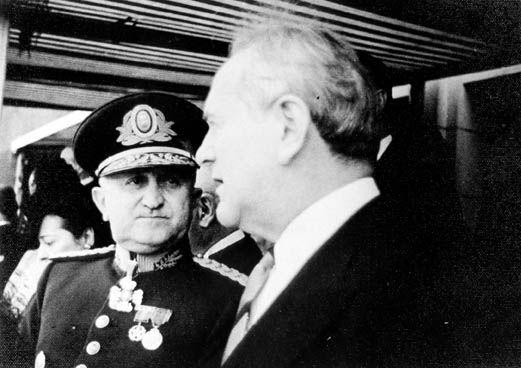 Eurico Gaspar Dutra (à esquerda), ministro da Guerra, e Oswaldo Aranha, 1942. Rio de Janeiro (RJ). (CPDOC/ OA foto 256/24)