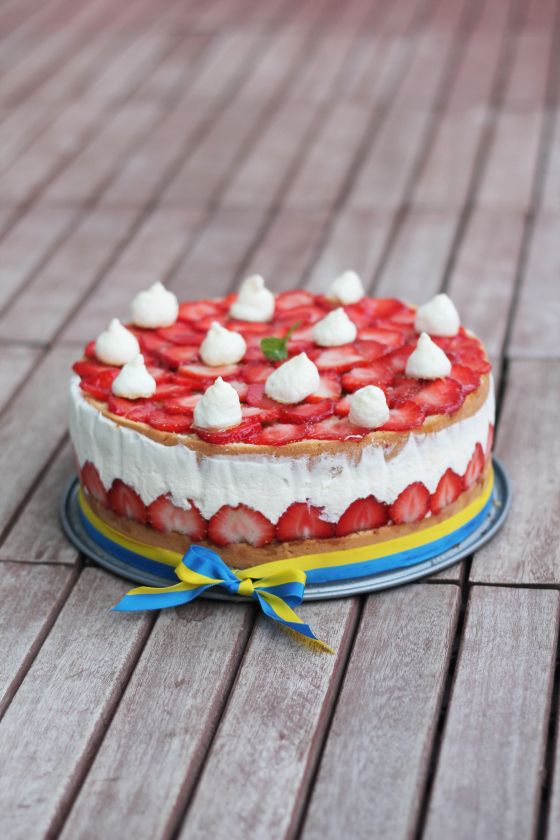 Swedish Midsommar cake by pastrymagique