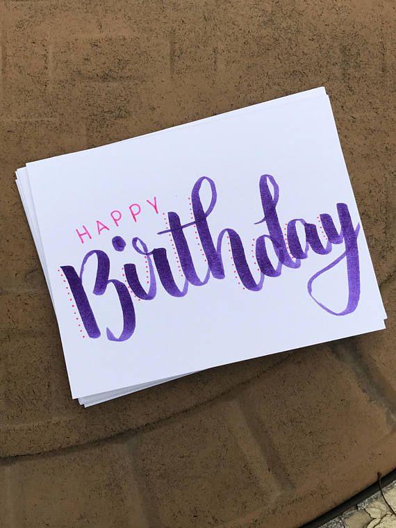 Handschriftliche Geburtstagskarte im Pinsel-Schriftzug. Können unterschiedliche Farben für Geburtstag (Primärfarbe) und glücklich (Sekundärfarbe) wählen. Die Innenseite ist leer. Kommt mit einem Umschlag, der auf Wunsch personalisiert werden kann. Größe A2 (4,25 x 5,5) – Katie !