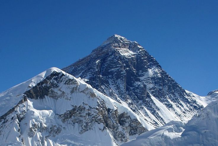 With its 8,848 meters, Everest is the highest mountain on Earth. Its peak towering immaculate above the clouds is the symbol of the ultimate challenge, one that leads man beyond the limits of its capacity. Our body, in fact, seems designed to respond best when it is at sea level, and the more we rise in altitude, plus our physical effort to adapt. The climbers start in the 2500 meters above sea level