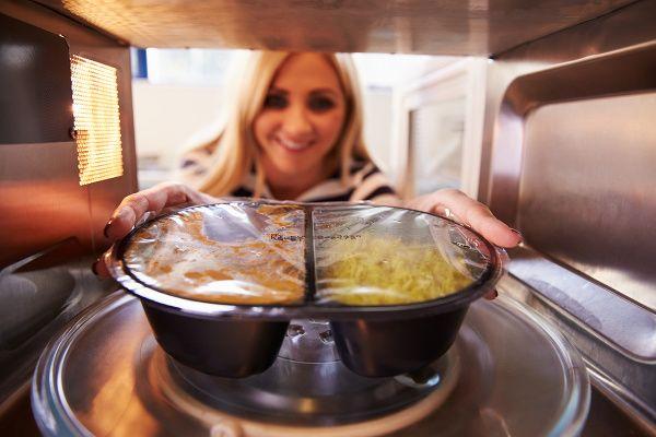 Okolo témy mikrovlnka sa šíria rôzne dohady. Najčastejšie sa spomína mikrovlnné žiarenie, ktoré údajne ničí výživné látky v jedle a znehodnocuje jeho kvalitu. O to viac vás prekvapí zistenie, že mikrovlnka nie je vôbec zlá a že takáto príprava jedla sa výlučne odporúča u niektorých jedál!