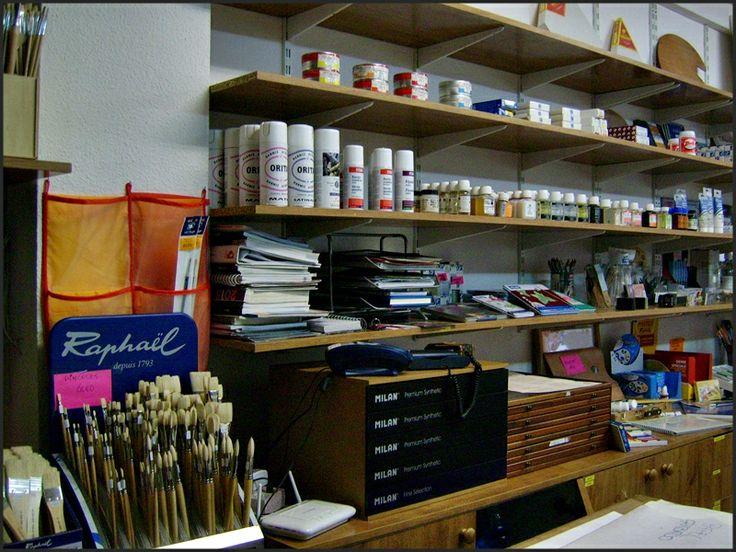 Estantería con materiales de bellas artes y pincelería