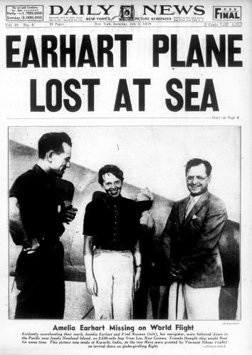(114) Amelia Earhart fue la primera mujer piloto en volar sola el océano Atlántico. Tratando de marcar otro record, Earhart decidió en 1937 dar la vuelta al mundo con un Lockheed Modelo 10 Electra junto a Fred Noonan, pero tanto el avión como los cuerpos de ambos desaparecieron enel Océano Pacífico, cerca de la isla de Howland, y jamás fueron recuperados. Los expertos creen que el avión se quedó sin combustible y se estrelló en el mar.
