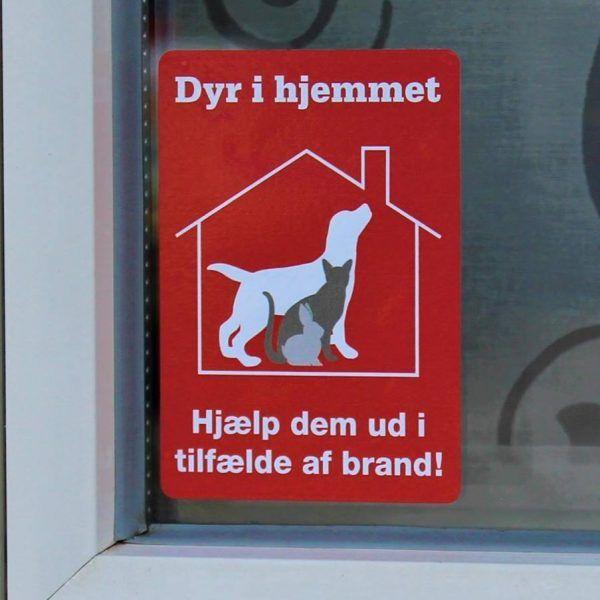 """Mit dyr er hjemme, Rednings Stickers. """"Dyr i hjemmet -Hjælp dem ud i tilfælde af brand"""". Dyrenes Rednings StickerskKan købes her: https://kildyr.dk/produkt/klistermaerke-dyr-hjemmet/"""