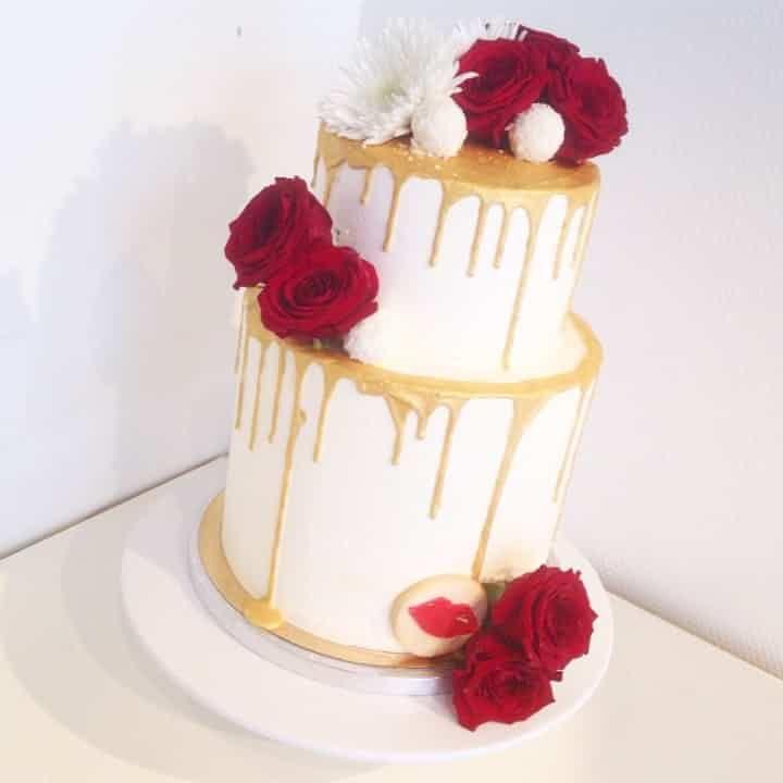 Finissez votre repas de mariage en apothéose en invitant à votre table un wedding cake de toute beauté. Vous avez peur de vous tromper dans le choix de la décoration ? Alors pariez sur les fleurs : une valeur sûre et romantique !