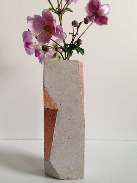 Beton & Kupfer: Hier gehen zwei der großen Wohn-Trends Hand in Hand und bieten gleichzeitig noch Platz für hübsche Blumen.