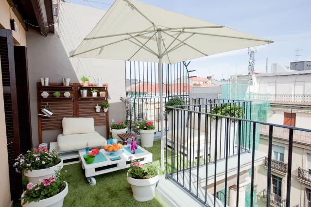 balkon ideen mit DIY Gartenmöbel aus paletten in weiß