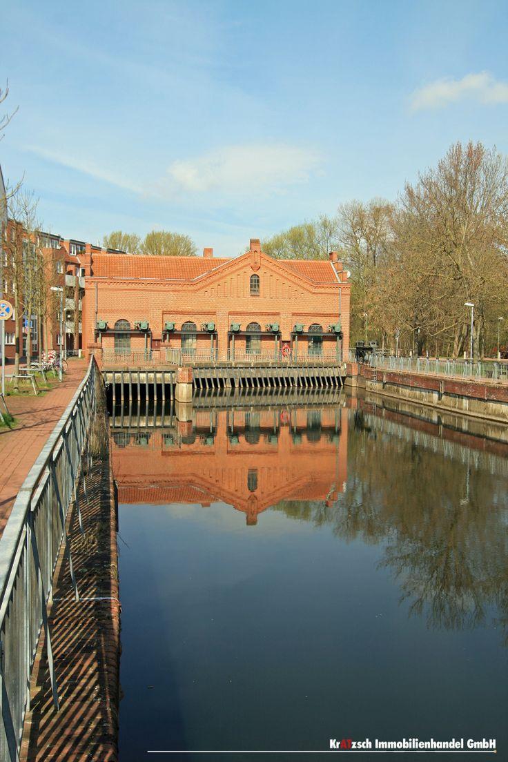 Brückenhaus - Reizvolle Architektur, imposante Mechanik und ein wichtiger Bestandteil des lokalen Hochwasserschutzes. Das Brückenhaus ist Bestandteil des Leinewehrs im Stadtteil Döhren.