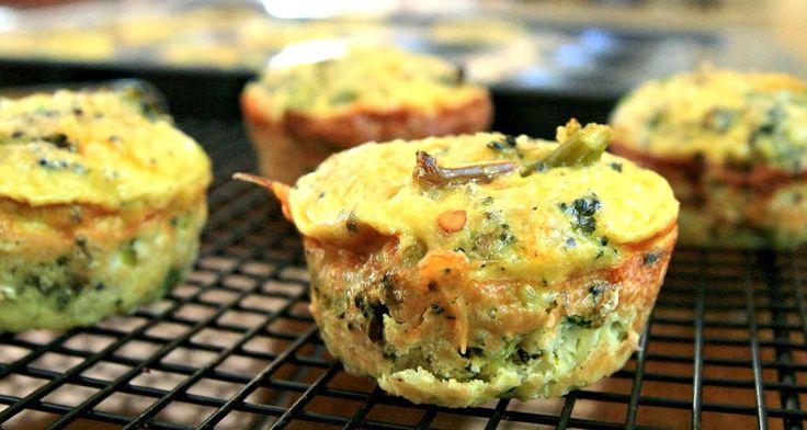 Brokkoli Muffins: Brokkoli kochen, würzen, in Muffinfärmchen geben, mit Eigelb übergießen, bei 200°C in Backofen bis goldgelb sind backen