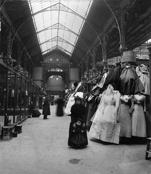 Paris (IIIème arr.), marché du Temple. Les robes, vers 1860. Détail d'une vue…