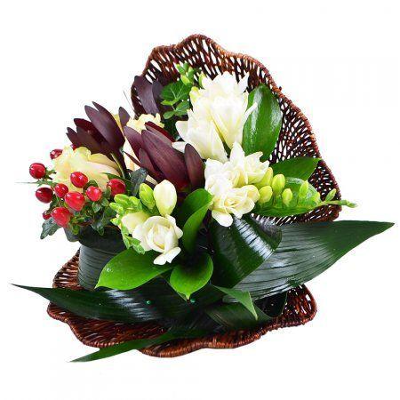 Изысканный, оригинальный, с нотками экзотики, букет «Жемчужина» способен не только искренне порадовать, но и произвести яркое впечатление! Белоснежные фрезии, слегка оттенённые кремовыми розами, утончённо сочетаются с сочной зеленью, а красные ягоды гиперикума пикантно приправляют эту композицию.