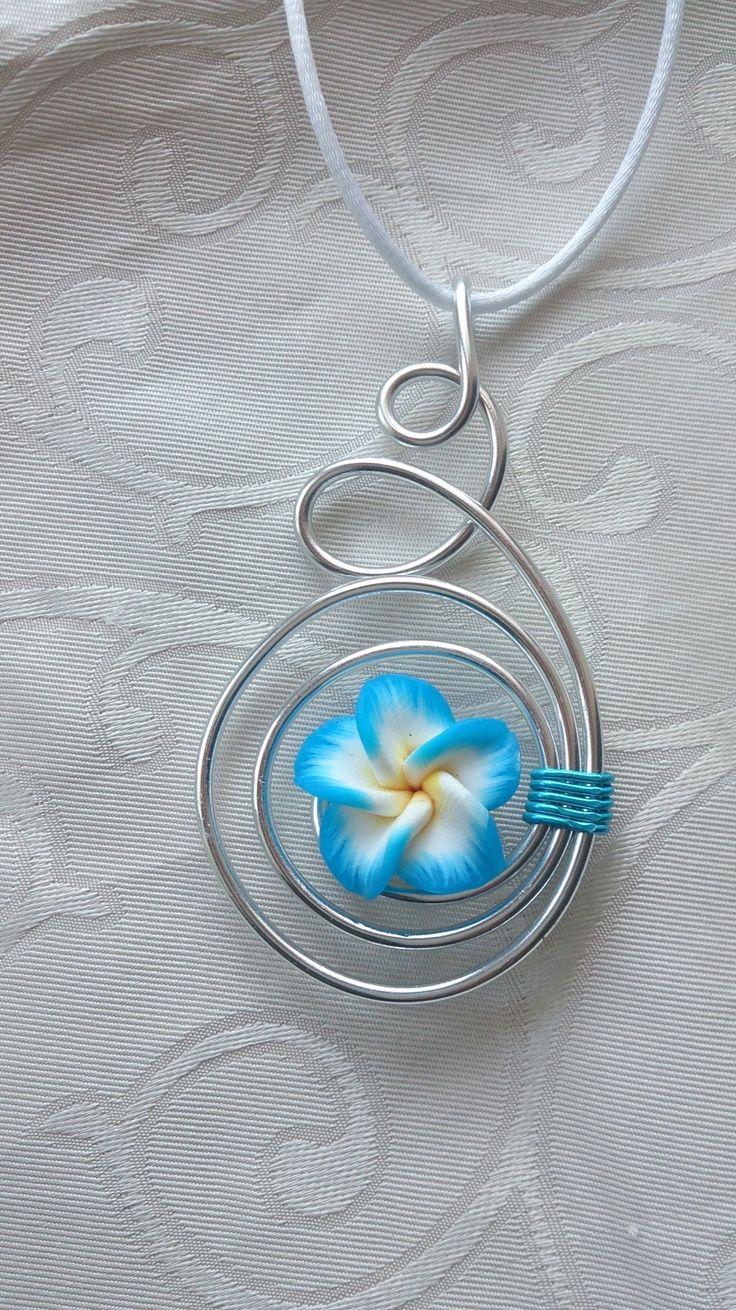 Pendentif N°36, bijoux fantaisie en fil aluminium argenté avec fleur de tiaré