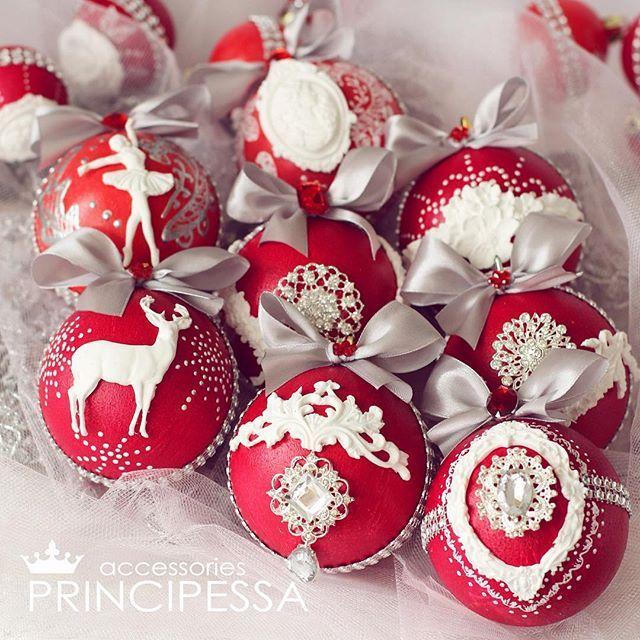 Набор новогодних шаров в красных тонах.В набор входит -25 пластиковых шаров размером 5-6-8см -коробка в которой хранятся шары.