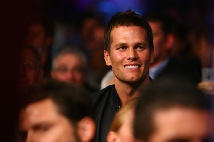 Tomase: Tom Brady shouldn;t have to defend every one of his friendships