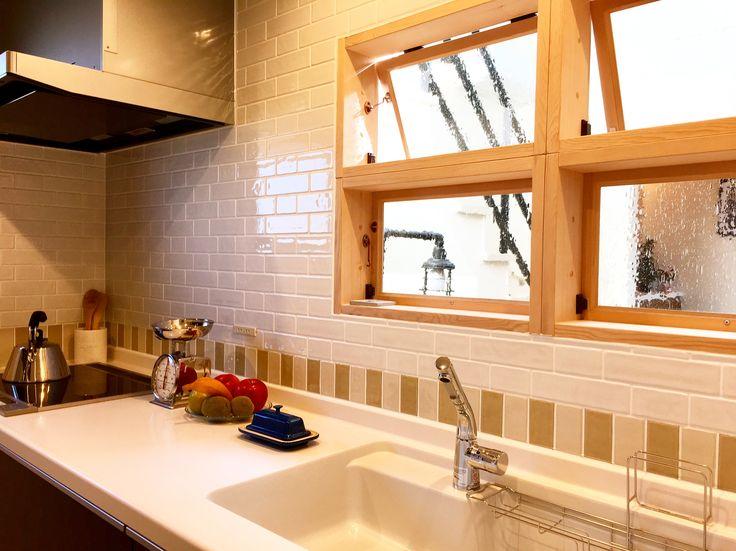 おしゃれな小窓付きのキッチン。楽しくお料理の時間! エステージ ローコスト住宅 おしゃれ キッチン 小窓 デザイン