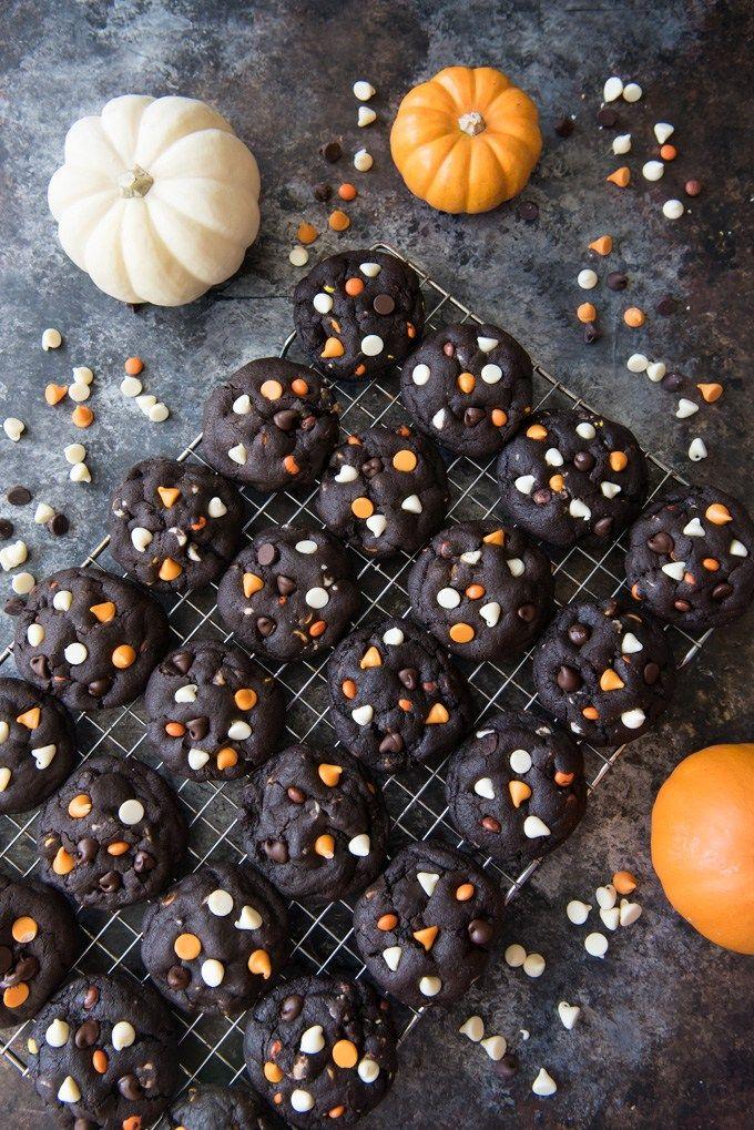 Dark Chocolate Halloween Chip Cookies hebben een super zachte en black-as-night donkere chocolade koekje basis die is bezaaid met zoete witte chocolade chips en romige pindakaas chips voor een beangstigend heerlijke traktatie!