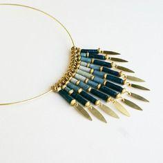 """Elégant collier """"cascade"""" en perles de papier lokta népalais - déclinaison de bleus"""