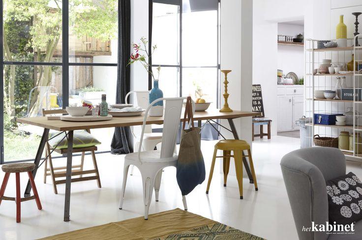 Leuke verzameling van verschillende stoelen en krukjes aan de eettafel #kleurrijk #eettafel #dining #thuis #interieur
