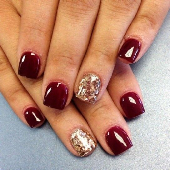 Nail art rosso scuro con anulare glitter oro