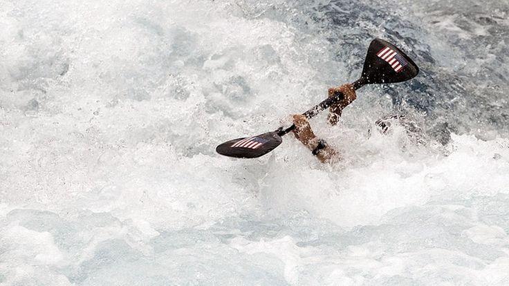 Beim US-amerikanischen Kanuten Michal Smolen schauen nur die Hände mit dem Paddel aus dem Wasser. © picture alliance/ZUMA Press Fotograf: Lui Siu Wai