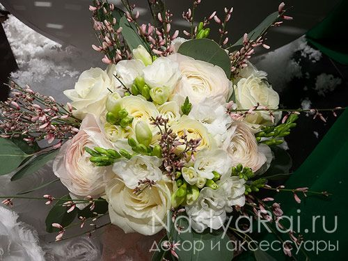 Фото. Свадебный букет из ранункулюсов, фрезий и роз.