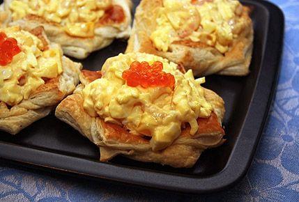 Салат в тарталетках с креветками.Варим яйца вкрутую, после чего остужаем их под потоком проточной холодной воды, затем очищаем яйца от скорлупы и мелко