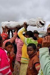 """Funerales """"diferentes""""  En Madagascar se realiza una ceremonia funeraria en la que se abren tumbas entre los meses de junio y septiembre. Tienen la creencia que, mientras el cuerpo no esté totalmente descompuesto, ellos pueden establecer un vínculo bailando con ellos. Esta costumbre de llama """"Famadihana"""""""