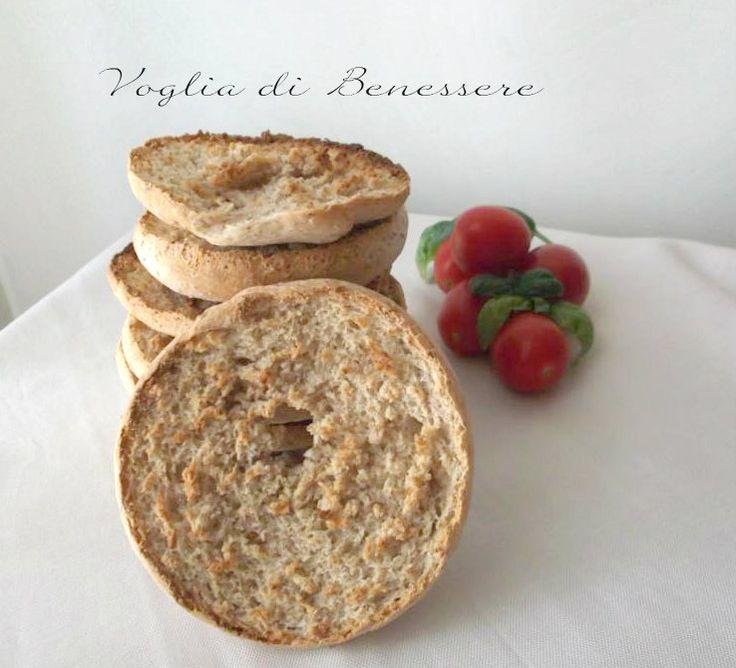 Le friselle integrali sono un tarallo fatto con farina integralecotto al forno, tagliato a metà in senso orizzontale e fatto biscottare nuovamente in forno.