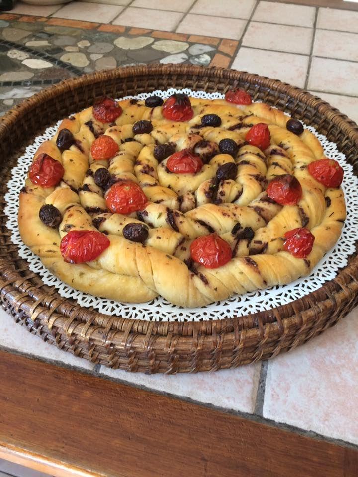 Focaccia a spirale con pomodorini e olive