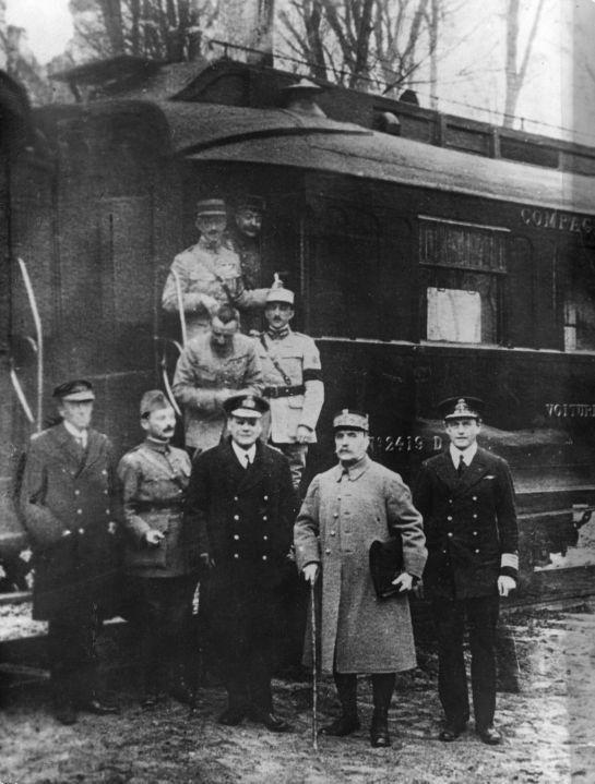 """""""Armistício de Compiègne"""".  Em 1º plano: o Marechal Foch, ladeado pelos Almirantes britânicos Hope e Rosslyn Wemyss.  (11/Novembro/1918). World War I."""