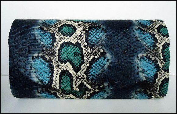 Linda bolsa carteira estruturada, ou clutch, de material sintético imitando a pele da cobra píton, Padrão nas cores azul índigo, azul turquesa, verde, branca e preta. Acompanha corrente metalizada.  Fechamento com botão magnético na aba. Visite a loja http://www.elo7.com.br/76e02