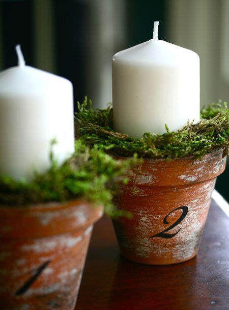 Centro de mesa navideño con macetas de cerámica, ramas de abeto o ciprés, y velas #ideas #decoracion #Navidad