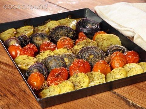 Patate, pomodori e cipolle | Cookaround  Video ricetta di un contorno ricco ed economico, semplice e profumato.