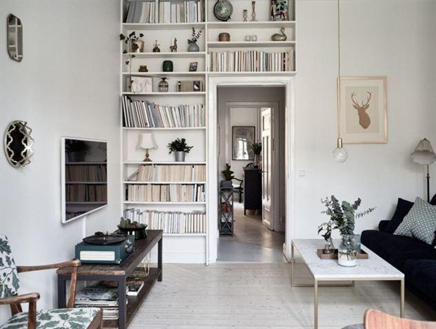Platsbyggd bokhylla i vardagsrummet.