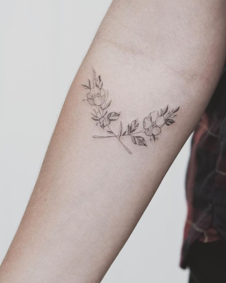 "2,239 Me gusta, 21 comentarios - Tritoan_Ly (@tritoan_seventhday) en Instagram: ""Single needle crossed flowers """